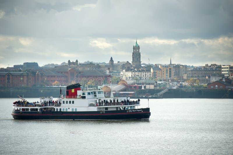 梅尔塞的梅尔塞轮渡MV皇家黄水仙通过利物浦海岸线 库存照片