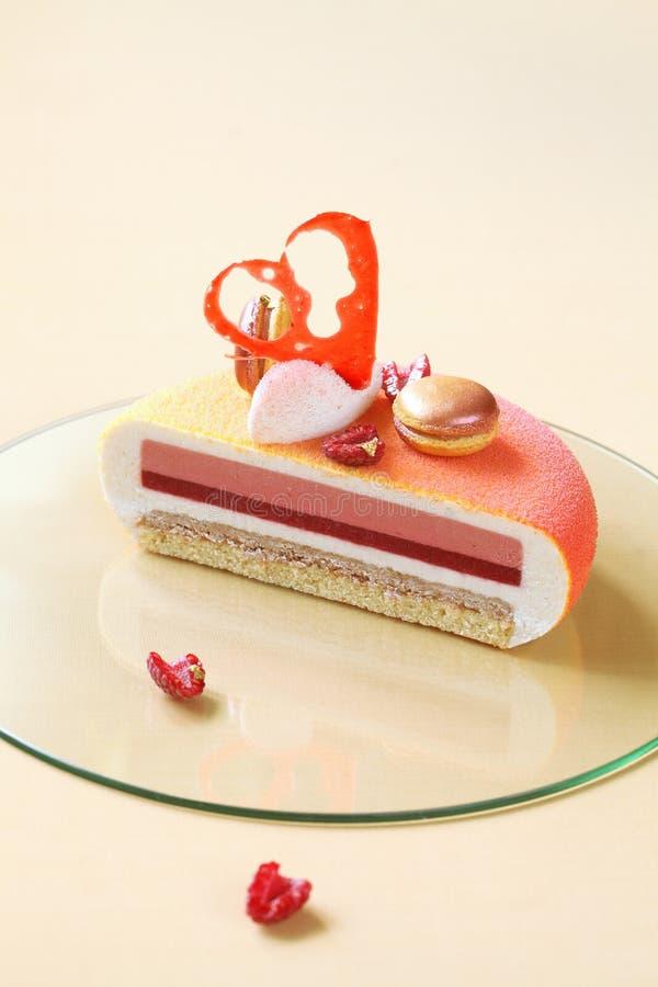 梅尔瓦-当代层状香草,莓,桃子奶油甜点蛋糕 库存照片