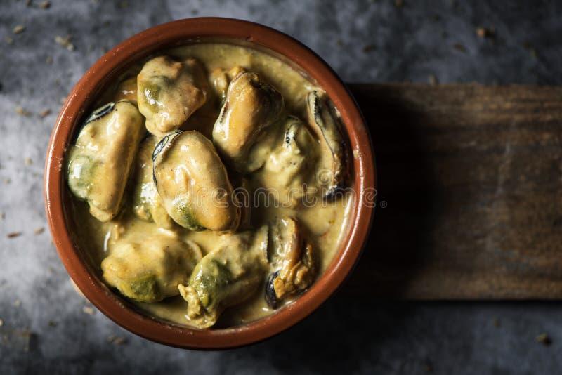 梅希约内斯Al咖喱,西班牙用咖喱粉烹调的淡菜 库存图片