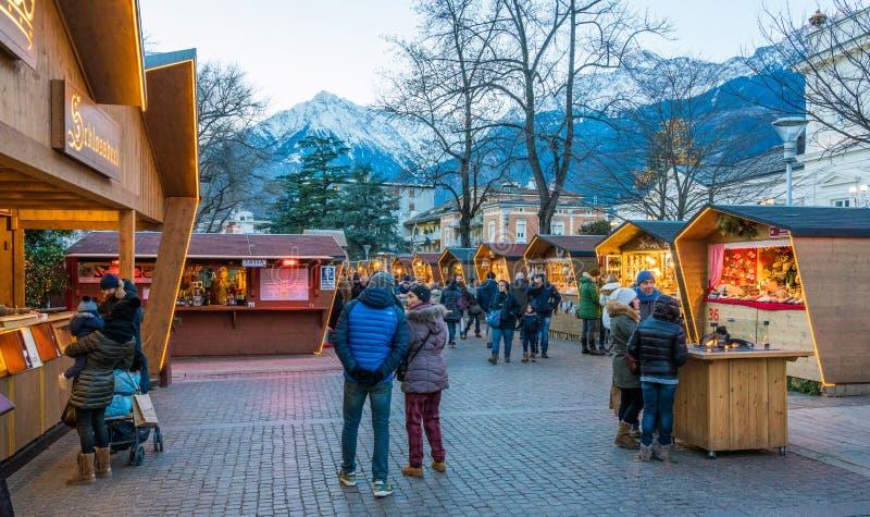 梅拉诺圣诞节市场在晚上,特伦托自治省女低音阿迪杰,意大利北部 免版税库存图片