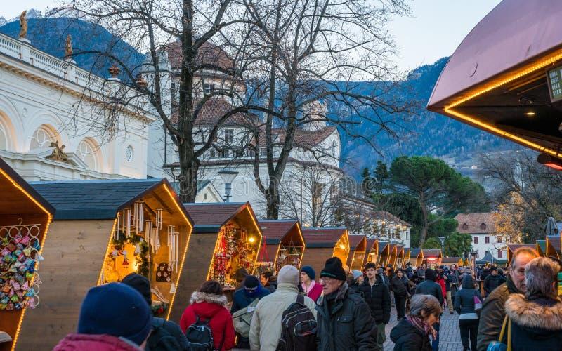 梅拉诺圣诞节市场在晚上,特伦托自治省女低音阿迪杰,意大利北部 免版税图库摄影