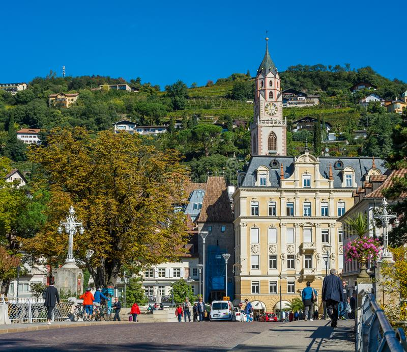 梅拉诺在南蒂罗尔,特伦托自治省女低音阿迪杰, Meran大教堂的秋天视图一个美丽的城市  意大利 库存图片