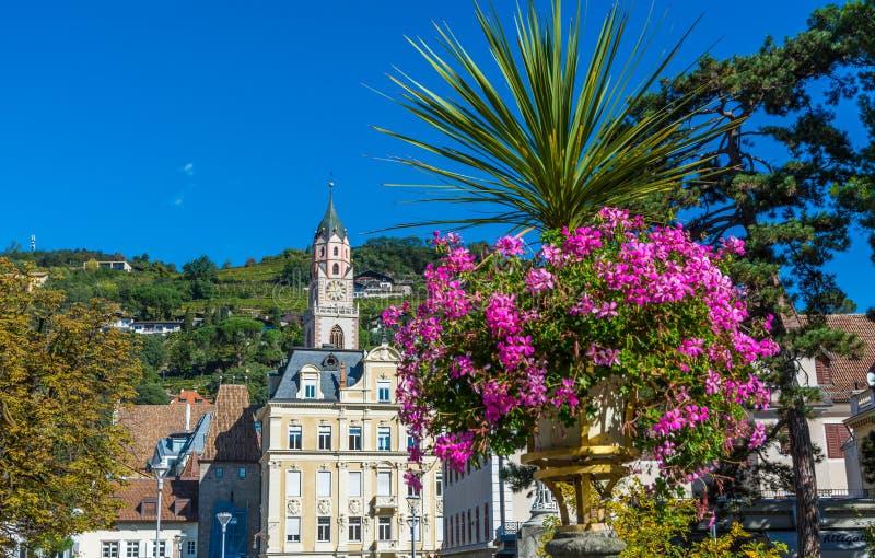 梅拉诺在南蒂罗尔,特伦托自治省女低音阿迪杰, Meran大教堂的秋天视图一个美丽的城市  意大利 免版税库存照片