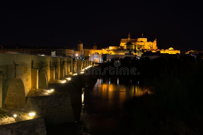 梅斯基塔和罗马桥梁在科多巴在夜之前 库存图片