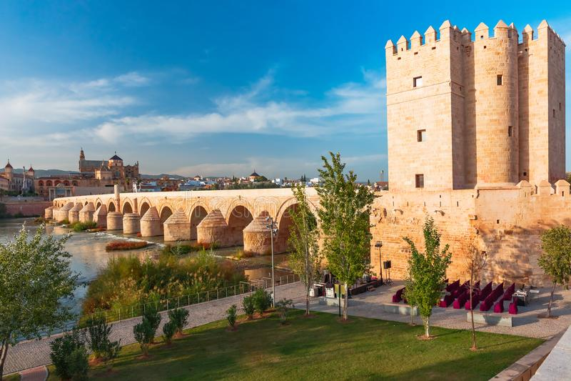 梅斯基塔和罗马桥梁在科多巴,西班牙 库存照片