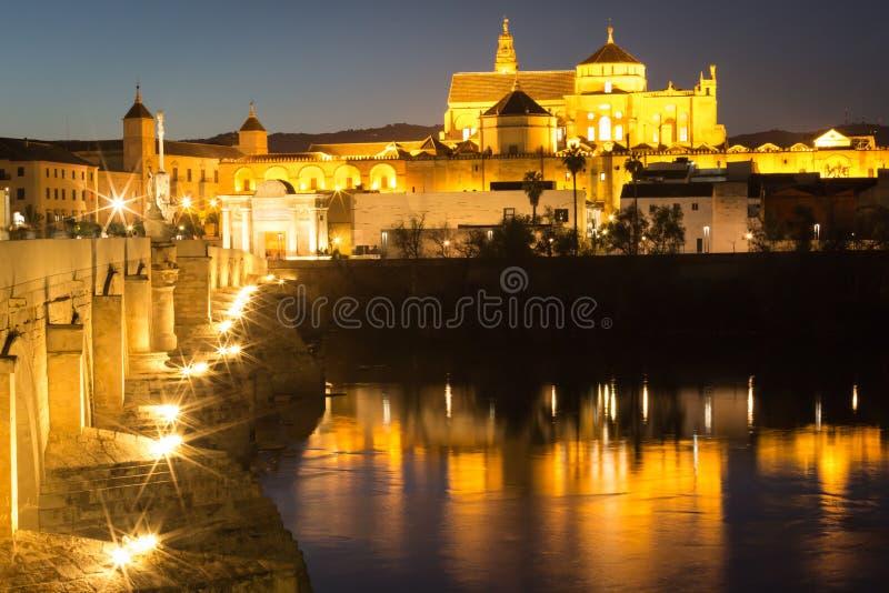 梅斯基塔Catedral和普恩特罗马-清真寺Cathe夜视图  免版税图库摄影