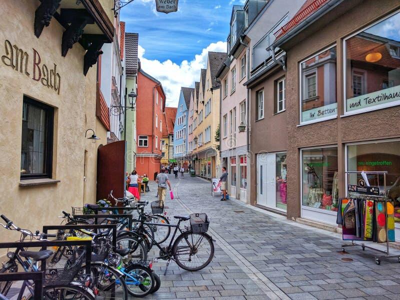 梅明根,巴伐利亚,在老镇梅明根街道上的德国- 7月1日,2017五颜六色的房子和自行车  库存照片