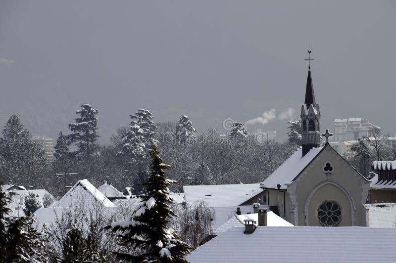 梅茨苔丝法国村庄和教会在雪,法国下 库存图片