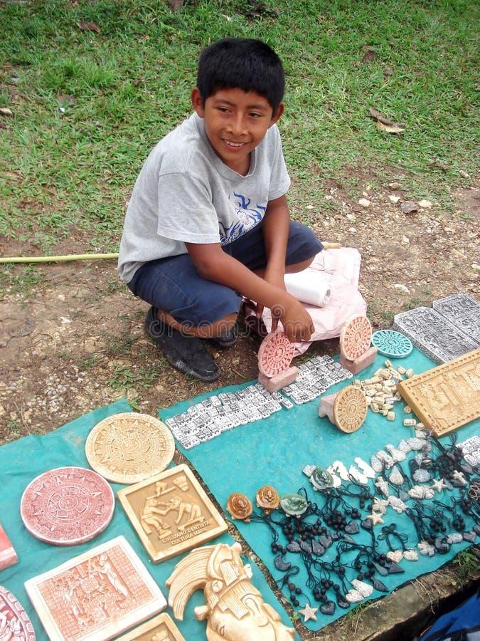 梅里达,墨西哥2016年3月11日:在街道上的墨西哥儿童出售纪念品 库存图片