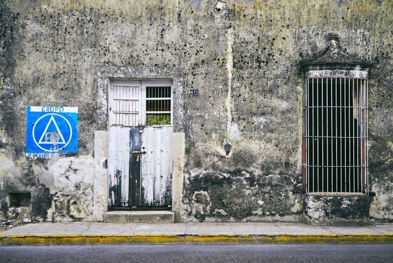 梅里达/尤加坦,墨西哥- 2015年6月1日:与大厦的老墙壁的蓝色油漆对比在城市在Merdia,尤加坦, 免版税图库摄影