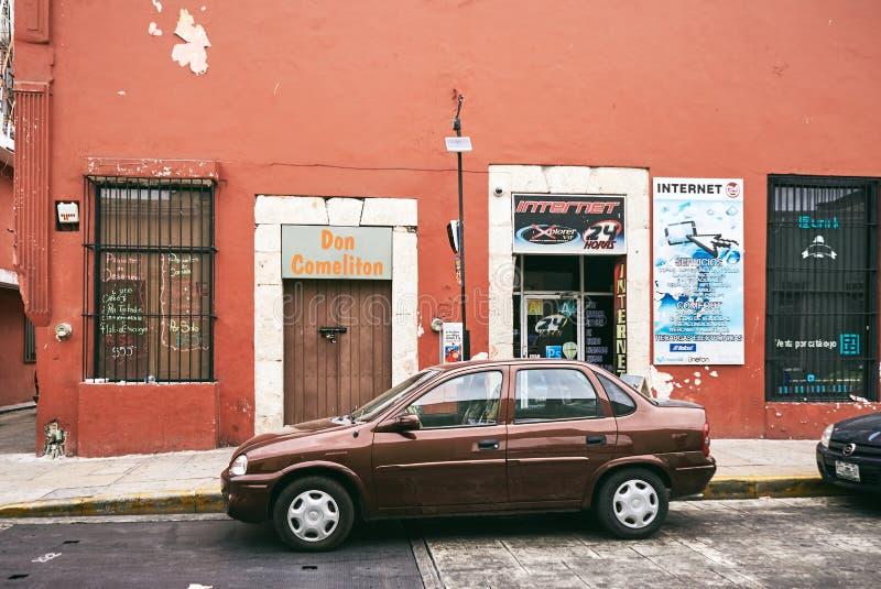 梅里达/尤加坦,墨西哥- 2015年5月31日:房子的棕色汽车停车处infront有淡色棕色墙壁颜色的 库存图片
