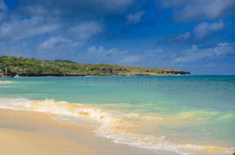 梦想假期,美丽的白色沙滩在加勒比, 免版税库存图片
