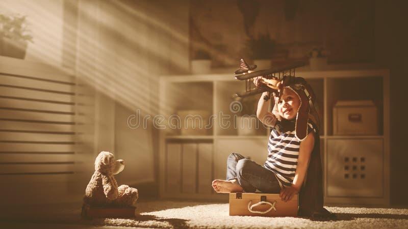 梦想和旅行的概念 有玩具的a试验飞行员孩子 免版税库存照片