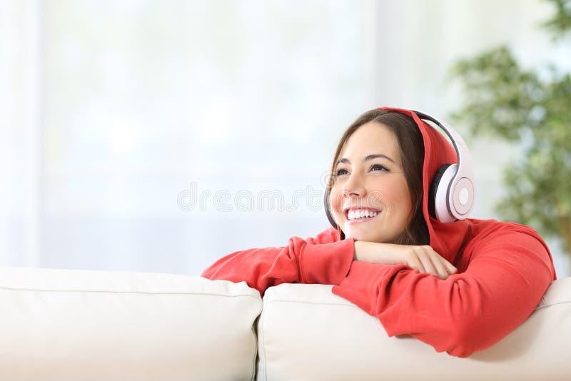 梦想家青少年的女孩听的音乐 免版税图库摄影