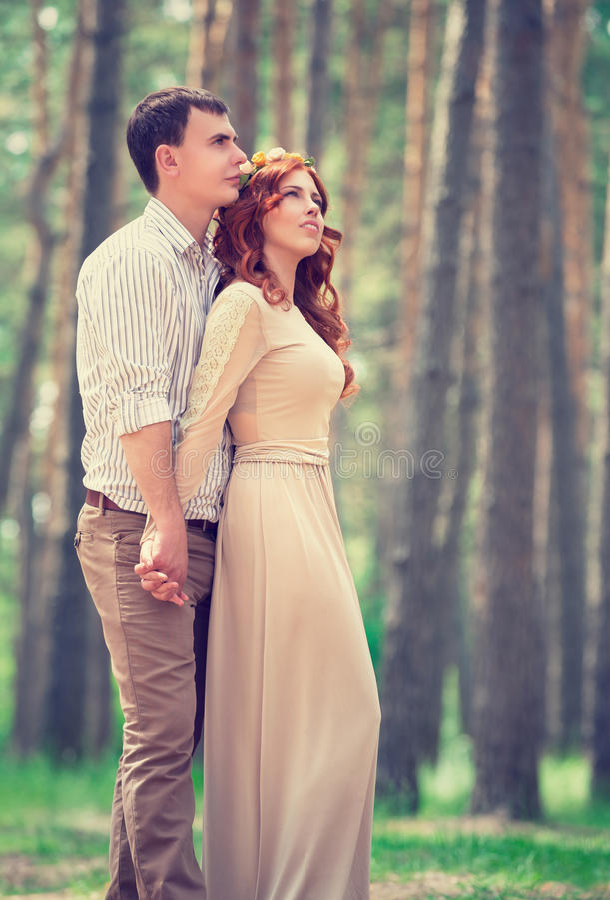 梦想的夫妇在公园 免版税库存照片