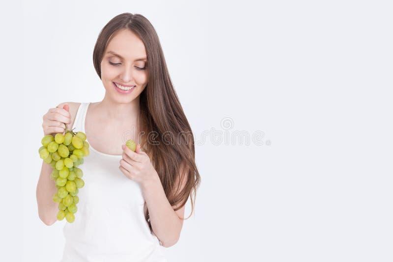 梦想的女孩用葡萄 免版税库存照片
