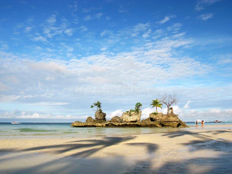 梦想的空白沙子海滩,岩石海岛 库存照片