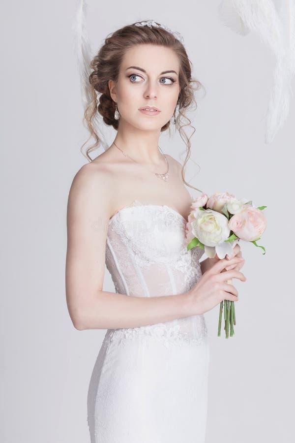 梦想的年轻新娘画象一套豪华鞋带婚礼礼服的 免版税库存图片