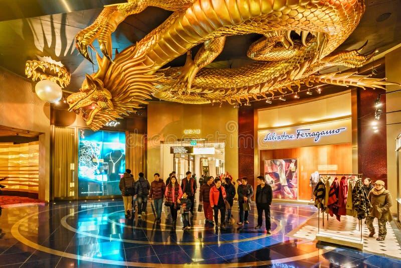 梦想赌博娱乐场内部城市在澳门 金属化追逐火焰状珍珠的金黄龙雕塑 库存图片
