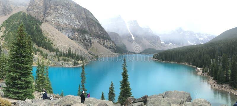 梦莲湖在加拿大人罗基斯绿松石水中 库存照片