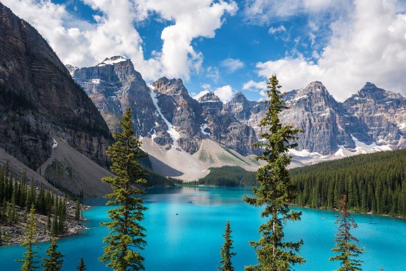 梦莲湖在班夫国家公园,亚伯大,加拿大 免版税图库摄影