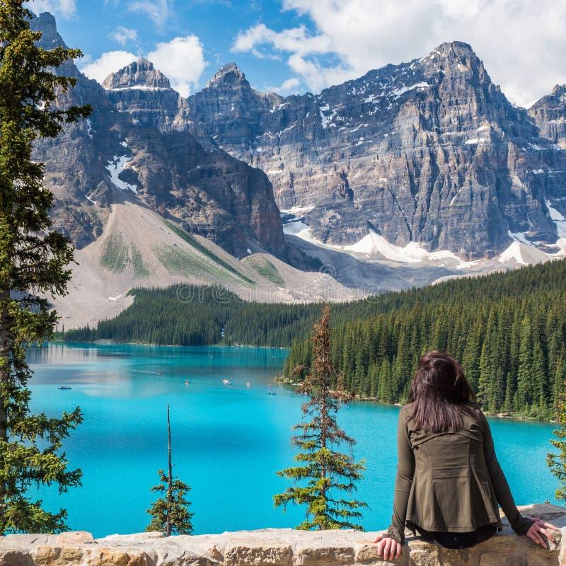 梦莲湖的游人在班夫国家公园,阿尔伯塔,加拿大 库存图片