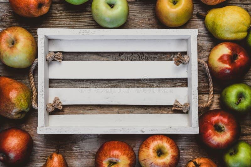 梨和苹果围拢的空的木箱顶视图  免版税库存图片