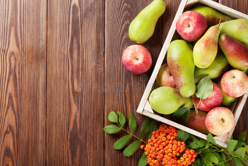 梨和苹果在木箱 库存图片