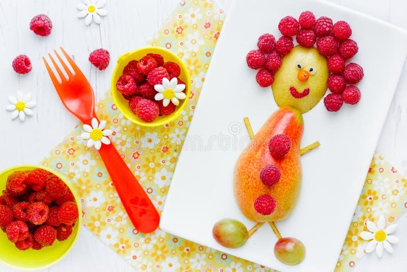 梨和莓滑稽的人、健康快餐从果子和莓果 免版税库存图片