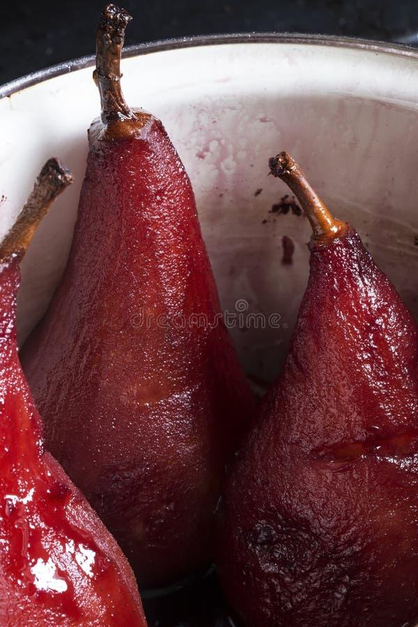 梨在红酒煮沸了 库存图片