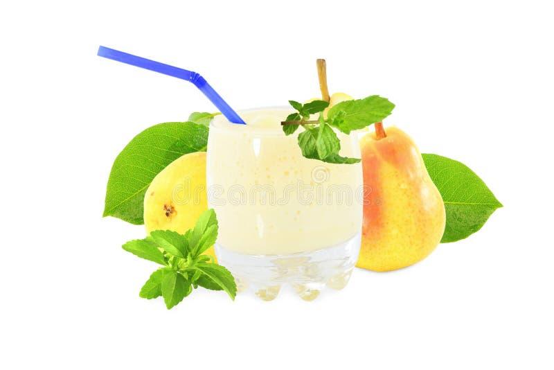 梨果子奶昔在纯净的白色背景中 库存照片
