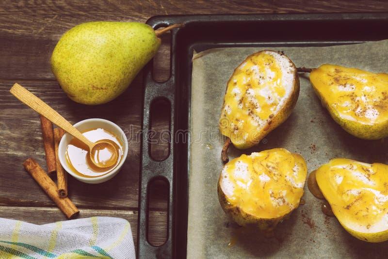 梨用乳清干酪乳酪、蜂蜜和桂香 免版税库存照片