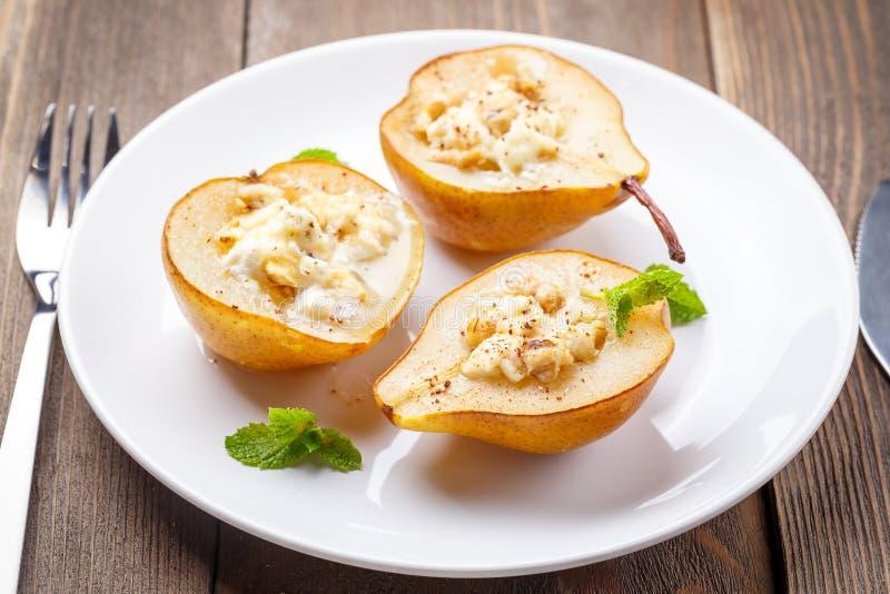 梨用乳清干酪乳酪、蜂蜜和桂香 库存图片