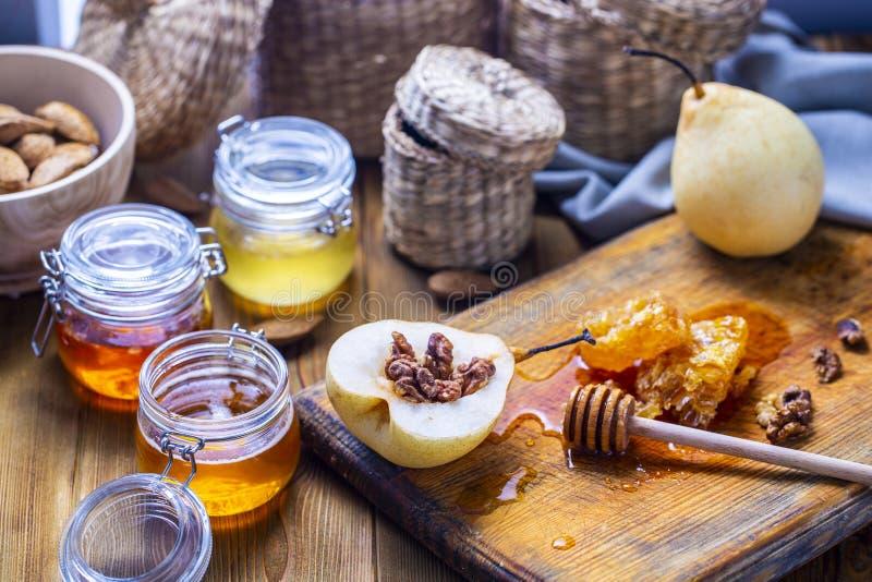 梨用核桃和蜂蜜在烘烤前 免版税库存图片