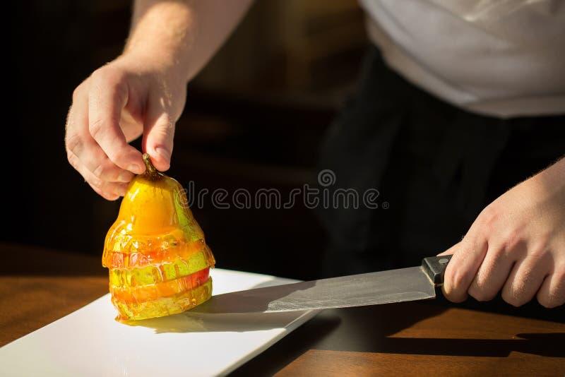 梨用蜂蜜 鲜美点心用蜂蜜和梨在木选项 库存图片