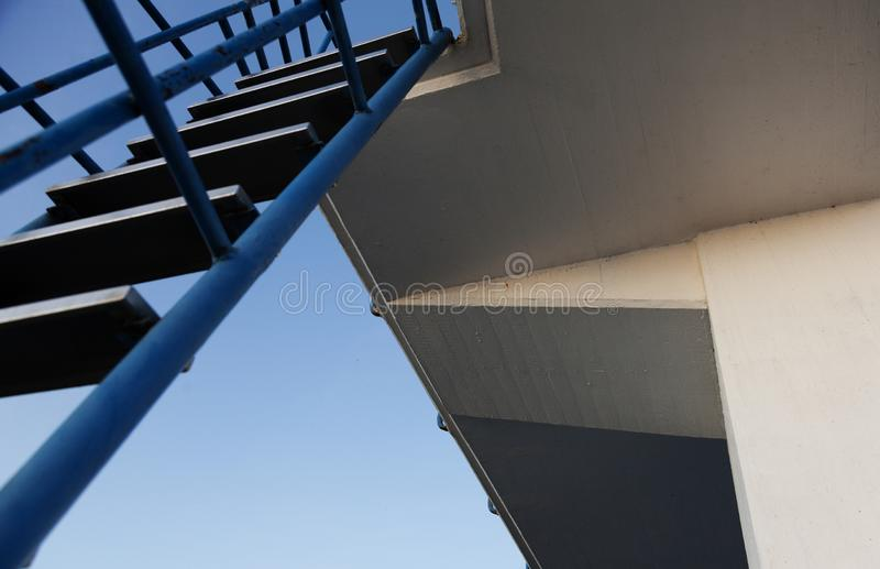 梯子和一个跃迁塔的下面游泳者的 免版税库存图片