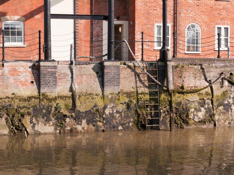 梯子在河的边靠码头在水之外的场面没有人empt 免版税库存图片