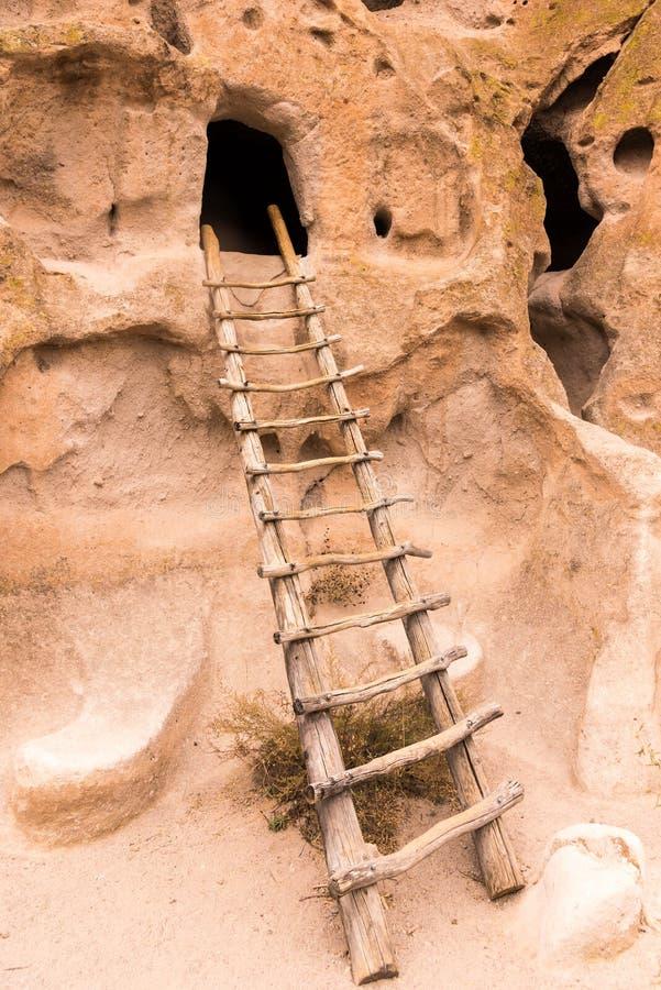 梯子带领入一个洞在班德利尔国家历史文物一个祖先Puebloan站点在新墨西哥 免版税图库摄影