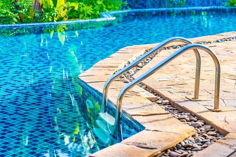 梯子或台阶在游泳场附近在旅馆和手段休闲的放松 库存图片