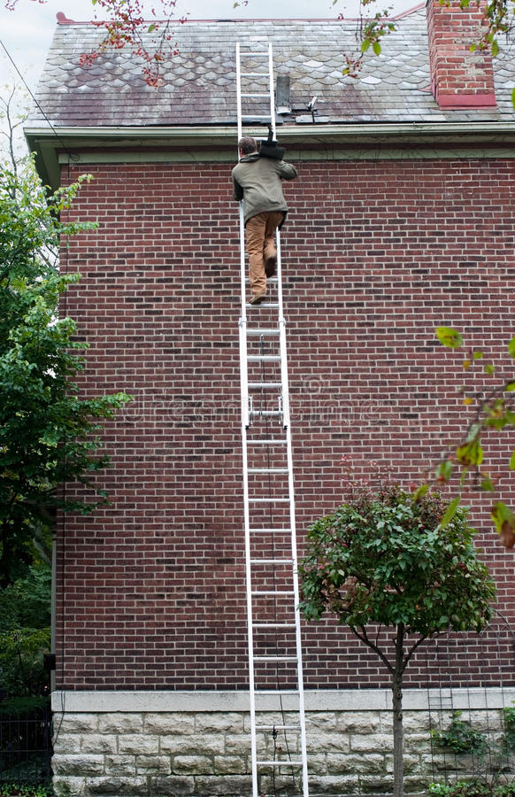 梯子的人运载的板岩 免版税库存照片