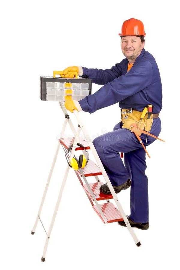 梯子的工作者与工具箱 免版税库存照片