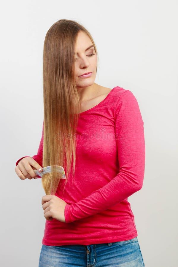 梳她的头发的妇女 库存照片