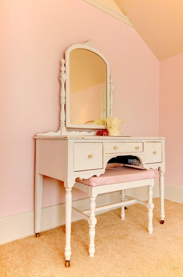 梳妆台做桃红色空间制表白色 免版税库存照片