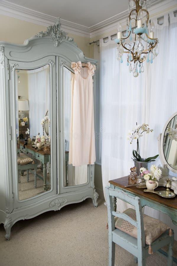 梳妆台在古板的屋子里 免版税库存图片