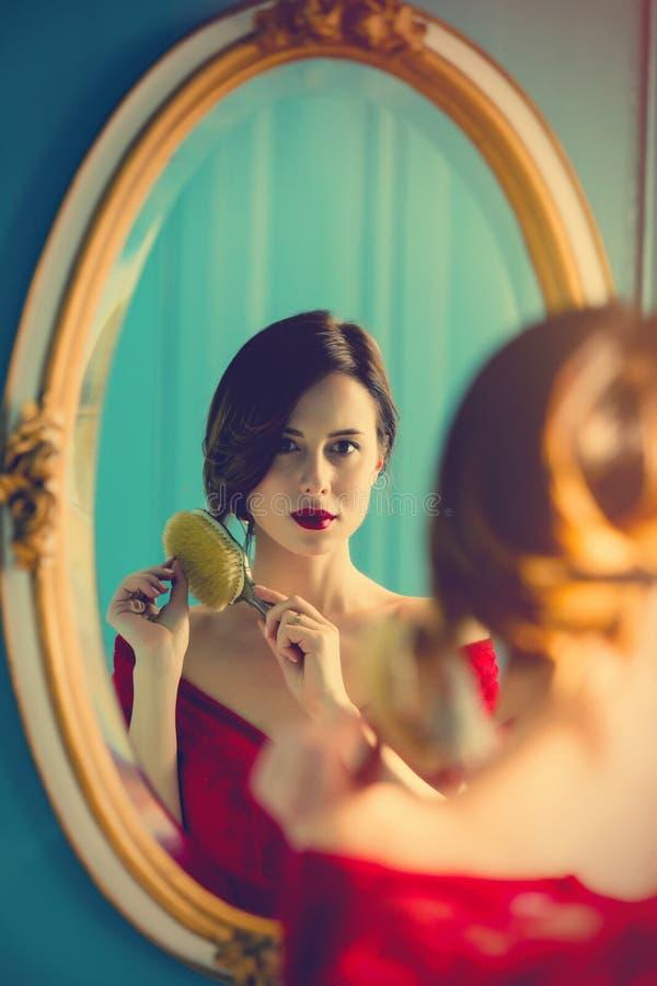 梳子妇女年轻人 免版税图库摄影