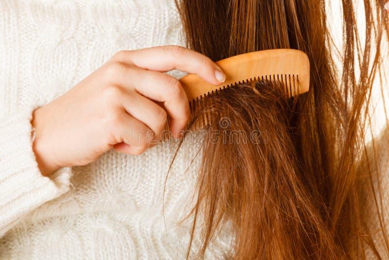 梳长的头发的女性手 库存图片