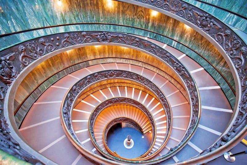 梵蒂冈漩涡台阶五颜六色的视图从上面 免版税库存图片