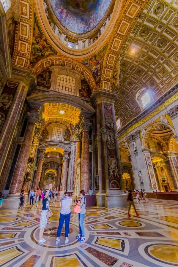 梵蒂冈,意大利- 2015年6月13日:圣伯多禄大教堂旁边大厅视图在Vaticano的,户内壮观的地方看法  库存照片