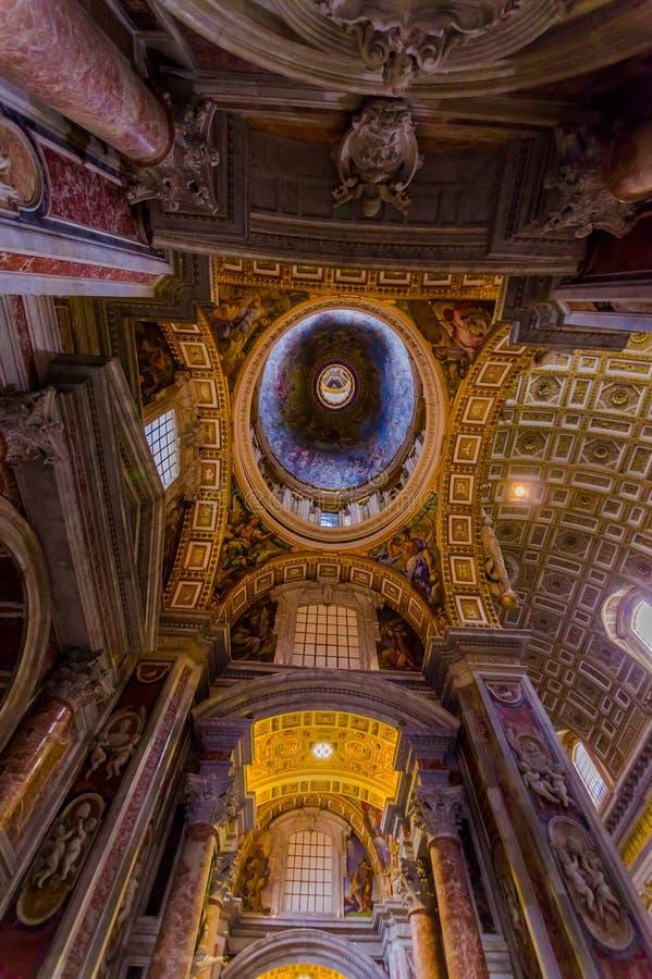 梵蒂冈,意大利- 2015年6月13日:在Vaticano顶房顶圣伯多禄大教堂看法,室内看法,壮观的工作 库存图片