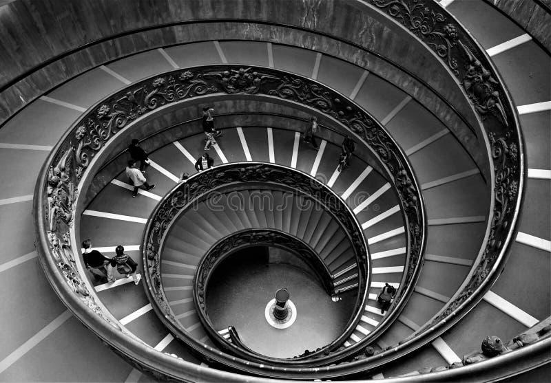 梵蒂冈,梵蒂冈/意大利- 2019年4月30日:步行沿着向下螺旋形楼梯的访客在梵蒂冈博物馆 库存照片